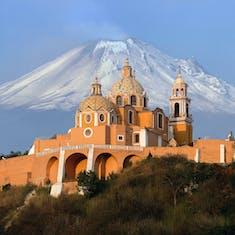Iglesia al pie de la montaña